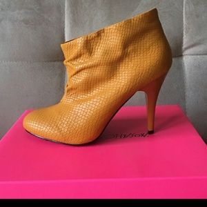 Betsy Johnson Gllaam Yellow Ankle Booties